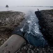 chemische en giftige vloeistoffen worden door ontelbare fabrieken in de rivieren geloosd.